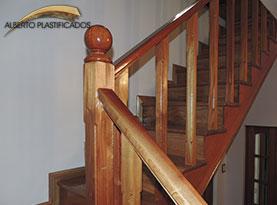 escalera de madera con balustros