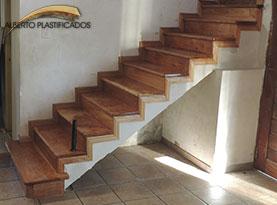 Escalera de madera revestimiento y colocaci n de escaleras de maderaalberplast pulido y - Escaleras con peldanos de madera ...