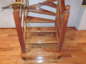 escalera de madera laqueada